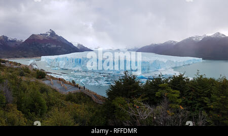 Vue panoramique sur le front du glacier Perito Moreno, Patagonie, Argentine. Perito Moreno Glacier, Patagonie, Argentine Banque D'Images