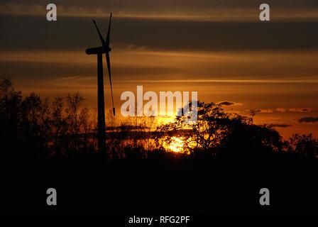 Au cours de l'éolienne un coucher de soleil Banque D'Images