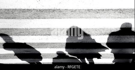 Ombre floue abstract silhouette de personnes marchant sur la croisée des chemins en noir et blanc Banque D'Images