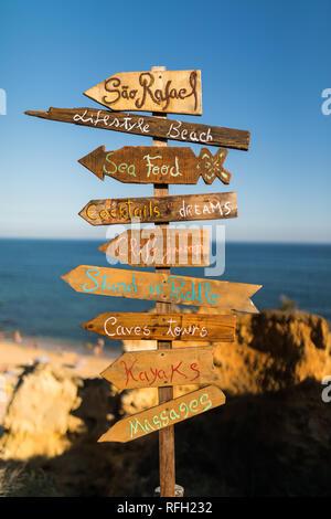 Signer avec liste des attractions sur la plage Praia de São Rafael Sao Rafael Beach dans la région de l'Algarve, au Portugal. Banque D'Images