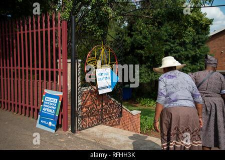 Johannesburg, Afrique du Sud. 26 janvier, 2019. Deux femmes âgées arrivent à une catégorie de vote site dans Linden, Johannesburg, samedi après-midi. C'est la dernière semaine pour s'inscrire pour voter en 2019 l'Afrique du Sud aux élections générales. Credit: Eva-Lotta Jansson/Alamy Live News Banque D'Images