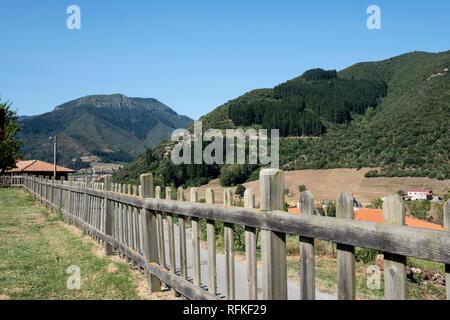 Clôture en bois dans un pré avec les montagnes des Asturies, dans l'arrière-plan Banque D'Images