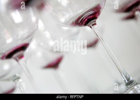 DEU, Allemagne: Utilisé, sale redwine verres attendent claening. Banque D'Images