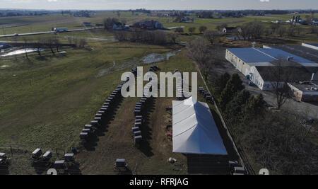 Ariel Vue d'un mariage Amish une journée d'automne comme vu par un drone