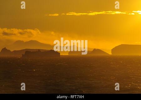 Coucher du Soleil: l'Antarctique des icebergs dans la mer de Weddell, près de la péninsule Antarctique, comme vu à partir d'un navire d'exploration de l'Antarctique Banque D'Images