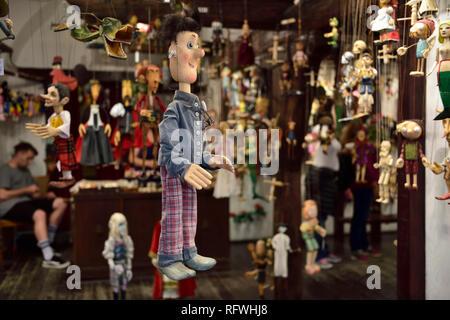 Marionnette en bois sculpté traditionnel dans une boutique de souvenirs marionettes dans le centre de Prague Banque D'Images