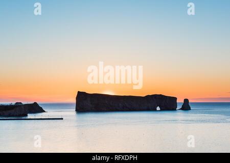 Célèbre Rocher Rocher Percé silhouette en Gaspésie, Québec, région de la Gaspésie au Canada avec sky et lever de soleil sur le golfe du Saint-Laurent Banque D'Images