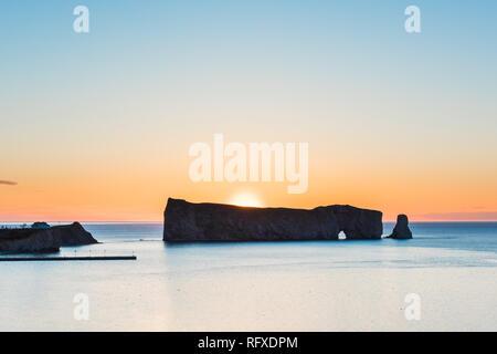 Soleil derrière le rocher Rocher Percé silhouette en Gaspésie, Québec, région de la Gaspésie au Canada avec sky et lever du soleil sur le golfe du Saint-Laurent Banque D'Images