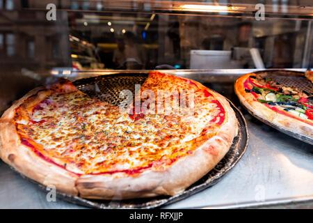 Libre de grandes pizzas à pâte fraîche en magasin cafe restaurant sur l'affichage en Italie à la fondue de fromage mozzarella et sauce tomate en tranches Banque D'Images
