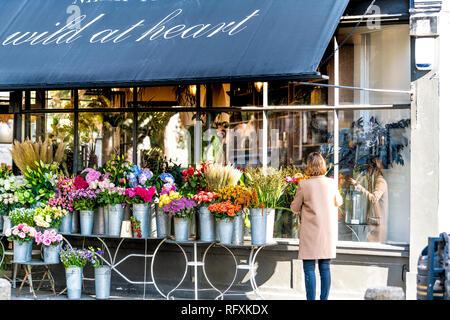 Londres, Royaume-Uni - 13 septembre 2018: Street dans le quartier de Belgravia, Pimlico avec Wild at Heart Florist flower shop femme et la mise en place de bouquets Banque D'Images