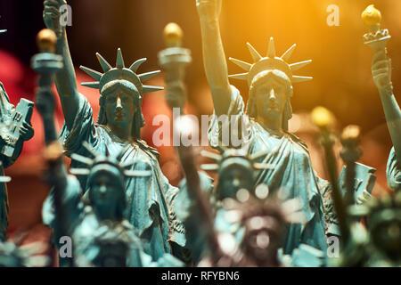 Ligne avec statues Statue de la liberté générique vendu comme souvenirs dans un NYC shop - focus sélectif. Banque D'Images