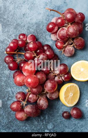 Les raisins rouges sur fond bleu. Vue de dessus de table