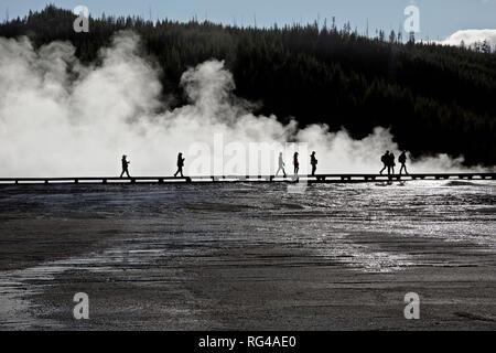 WY03000-00...WYOMING - Les visiteurs de marcher la promenade à Grand Prismatic Spring Midway Geyser Basin dans le Parc National de Yellowstone. Banque D'Images