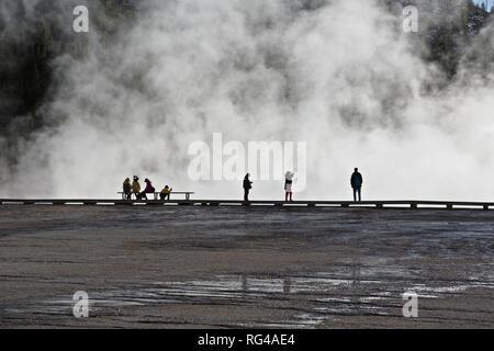 WY03001-00...WYOMING - Les visiteurs de marcher la promenade à Grand Prismatic Spring Midway Geyser Basin dans le Parc National de Yellowstone. Banque D'Images
