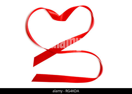 Ruban de satin rouge Gros plan sur bande ou en forme de coeur isolé sur fond blanc. Concept La Saint-Valentin, anniversaire de mariage, lune de miel, les nouveaux mariés, l'amour Banque D'Images