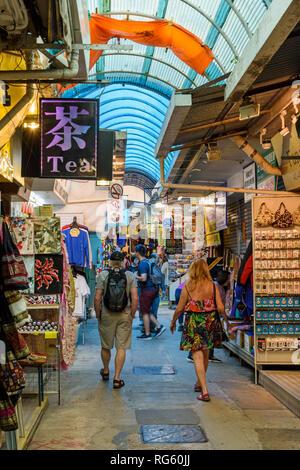Les gens qui marchent à travers l'agent secret, Stanley Stanley Market, Hong Kong Banque D'Images