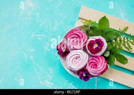 Cerise, rose guimauve maison cookies meringue aux fruits rouges pour le dessert.Valentine's day background, présent pour la fête des mères.Wedding candy bar Banque D'Images