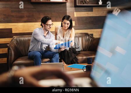 Homme et femme d'affaires au travail Réunion In Office Cafeteria