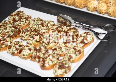 Pinces Pinces à se coucher sur un plateau de sandwichs Banque D'Images