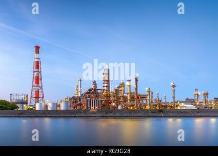 Les raffineries de pétrole line une rivière de Yokkaichi, au Japon. La ville a été un centre pour l'industrie chimique depuis les années 1930. Banque D'Images