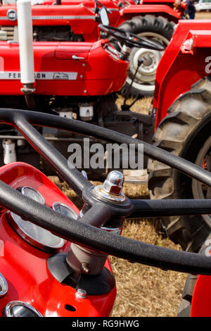 La section détail close-up d'une ligne de tracteurs Massey Ferguson à l'affiche au démarrage 2018 Club Poignée Show de l'été, Norfolk, Royaume-Uni. Banque D'Images