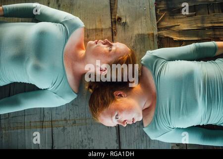 Les jumeaux roux étendue sur le sol, à l'écart