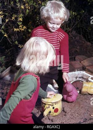 Deux jeunes enfants jouant dans le jardin. Banque D'Images