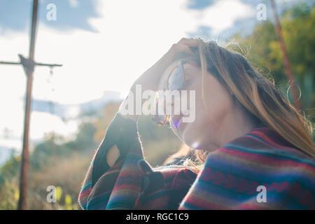 Jeune femme en randonnée le port de lunettes de soleil Banque D'Images