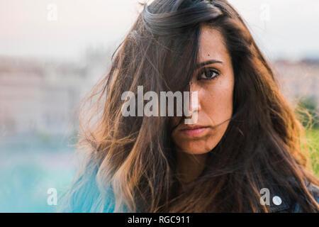 Portrait de la belle jeune femme aux longs cheveux bruns