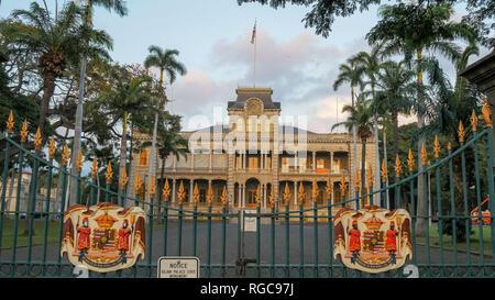 La grille d'entrée d'iolani palace à Honolulu, le seul palais royal dans l'united states Banque D'Images