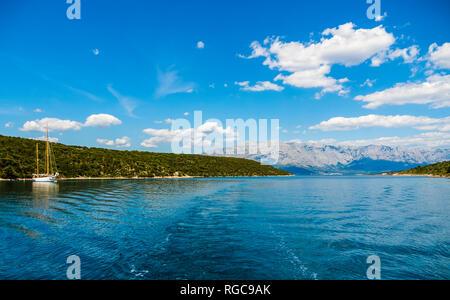 La Croatie, Damlatia, île de Brac, Hvar, baie de Pucisca avec voilier Banque D'Images