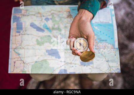 Hand holding compass sur la carte Banque D'Images