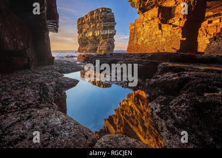 Dun Briste pile mer encadrée par une grotte sous Downpatrick Head. Le Comté de Mayo, Irlande. Banque D'Images