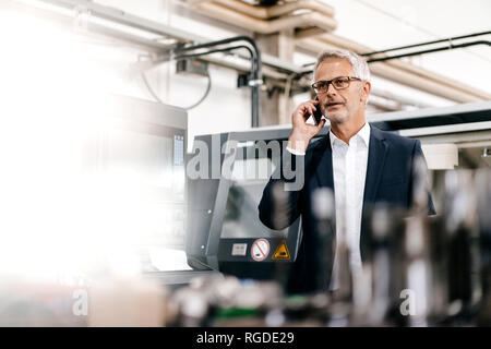 Manager parler au téléphone dans une entreprise de haute technologie Banque D'Images