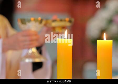 Prêtre célébrer la messe à l'église et place vide pour le texte