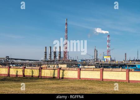 Tuyaux d'un usine de l'entreprise chimique. La pollution de l'air concept. La pollution de l'environnement paysage industriel Banque D'Images