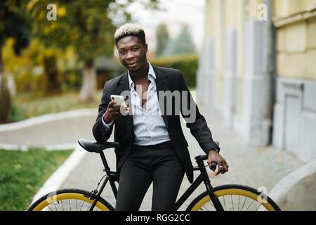 Homme Hipster avec location de l'envoi de message sur téléphone mobile en milieu urbain ville