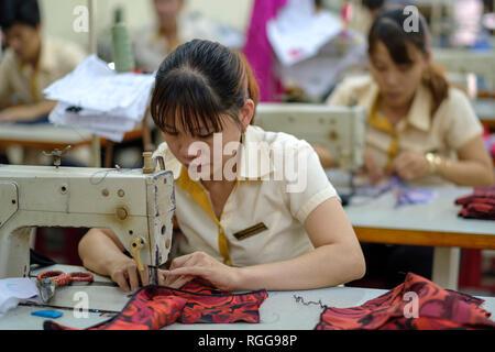 Machines à coudre avec des femmes travaillant dans une usine de vêtements au Vietnam, Asie Banque D'Images