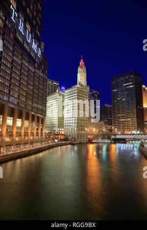 Vue de nuit sur la rivière Chicago avec Wrigley Building historique dans l'arrière-plan et le Trump Hotel and Tower en premier plan.chicago.virginia.USA