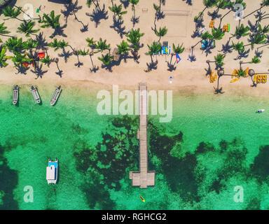 Plage de sable de l'île en Caribbean resort, Bavaro, République dominicaine. Vacances d'été. Drone aérien vue sur le paysage marin. Banque D'Images