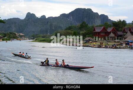 Les bateaux de croisière sur la rivière Nam Song. Vang Vieng. Laos Banque D'Images