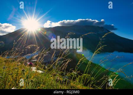 L'Italie, l'Ombrie, Parc National des Monts Sibyllins, Piano Grande di Castelluccio di Norcia au lever du soleil