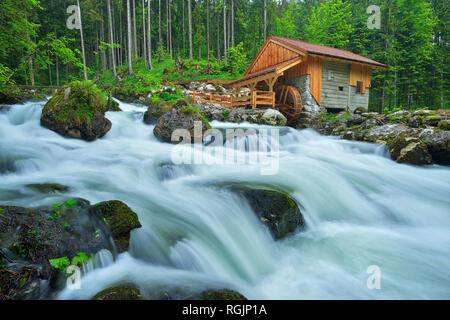 Ancien moulin au bord de la rivière Schwarzbach près de la célèbre cascade de Golling au printemps, Autriche