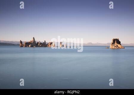 États-unis, Californie, Lee Vining, tuf, région du sud du lac Mono, formations rocheuses dans la soirée