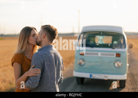 Couple au camping-van in rural landscape Banque D'Images