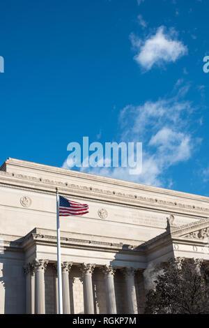 WASHINGTON, DC - les Archives nationales s'appuyant sur Constitution Avenue à Washington DC. Les Archives nationales préservent les dossiers de la nation, en mettant particulièrement l'accent sur les dossiers du gouvernement.