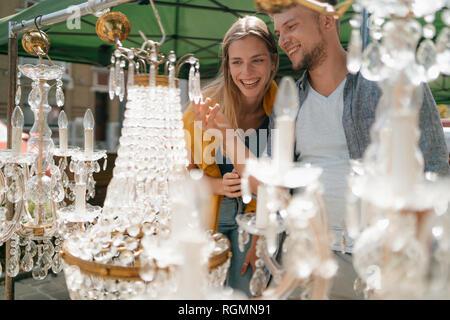Belgique, Tongres, jeune couple sympathique sur un marché aux puces d'antiquités Banque D'Images