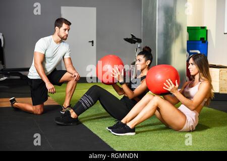 Des jeunes faisant ab formation avec des boules de forme physique Banque D'Images