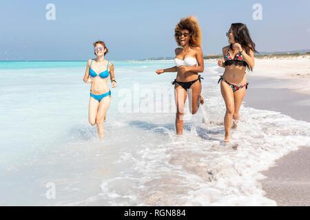 Girl friends s'amusant sur la plage, à la mer