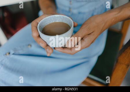 Close-up of woman holding tasse de café avec du lait Banque D'Images